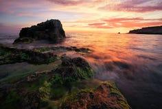 Schöne Sommerlandschaft mit Sonnenuntergang, buntem Himmel und Meer Stockbild