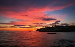 Schöne Sommerlandschaft mit Sonnenuntergang, buntem Himmel und Meer Stockfotos