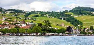 Schöne Sommerlandschaft von Genfersee-, Lavaux-Weinberg Terrassen und Alpen, Lutry-Dorf, die Schweiz, Europa lizenzfreie stockbilder