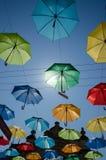 Schöne Sommerregenschirme in Lemberg Stockfotos