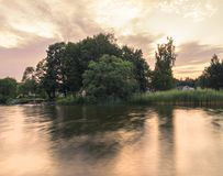 Schöne Sommersaisonbesonderephotographie Sommerarchipel mit schönen sunlights und Wasserlinie Reizende Lichter und Farben lizenzfreie stockbilder