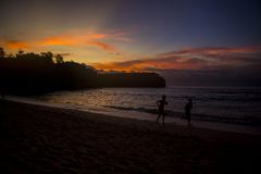 Schöne Sommerstrand-Sonnenuntergangansicht stockbild