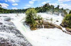 Schöne Sommertagesansicht von Rheinfall-Wasserfällen beim Rhein, die größten Wasserfälle von Europa, in Schaffhausen, die Schweiz Lizenzfreie Stockfotografie