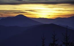 Schöne Sonne eingestellt auf Berg Stockbilder