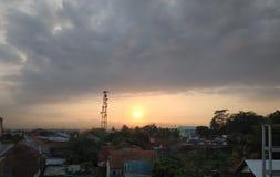 Schöne Sonnenaufgang-Landschaft in einer kleinen Stadt lizenzfreies stockfoto