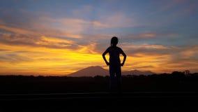 Schöne Sonnenaufgangansicht von Mädchen silluete stockfoto