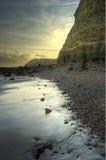 Schöne Sonnenaufganglandschaft über Strand mit Klippe Lizenzfreies Stockfoto