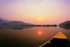 Schöne Sonnenaufganglandschaft auf Phewa See Stockfoto
