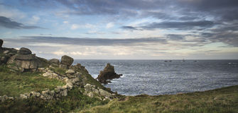 Schöne Sonnenaufganglandschaft des Land's End in Cornwall England Lizenzfreie Stockbilder