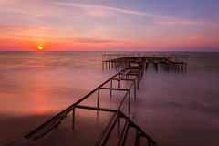 Schöne Sonnenaufganglandschaft mit einem Pier auf Hintergrund lizenzfreies stockbild