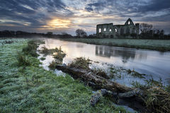 Schöne Sonnenaufganglandschaft von Klosterruinen in Landschaft locat Stockfotografie