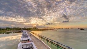 Schöne Sonnenaufgangszene an Marina Barrage-timelapse Orange Himmel und Wolken mit Sonnenstrahlen stock video