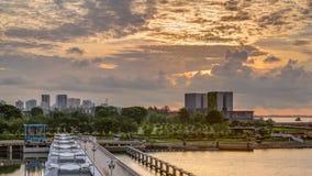 Schöne Sonnenaufgangszene an Marina Barrage-timelapse Orange Himmel und Wolken mit Sonnenstrahlen stock video footage