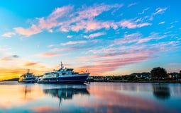 Schöne Sonnenaufgangwolken mit glattem Wasser des Rittersporns, CA-Fähren stockfotografie