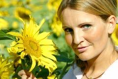 Schöne Sonnenblume-Frau Lizenzfreie Stockbilder