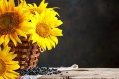Schöne Sonnenblumen in einem Korb auf einem Holztisch Stockbilder