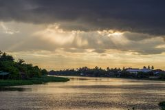 Schöne Sonnenstrahlen und -himmel über riverMaenam Tha Chin, Nakhon Pathom, Thailand Tha Chin Stockfotografie
