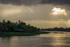 Schöne Sonnenstrahlen und -himmel über riverMaenam Tha Chin, Nakhon Pathom, Thailand Tha Chin Stockbilder