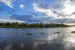 Schöne Sonnenstrahlen und -himmel über riverMaenam Tha Chin, Nakhon Pathom, Thailand Tha Chin Lizenzfreie Stockbilder