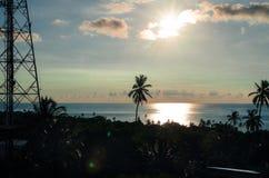 Schöne Sonnenuntergangansicht von etwas Gebäuden und Antenne senden in San Andres Island Colombia und karibisches Meer Südamerika stockfotos