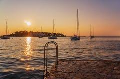 Schöne Sonnenuntergangansichten und -Segelboote nahe bei der sich hin- und herbewegenden Schwimmenplattform im adriatischen Meer  stockfotos