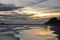 Schöne Sonnenuntergangbilder auf dem Strand Stockbilder