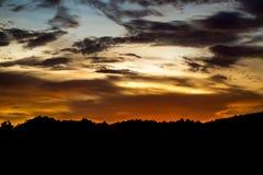 Schöne Sonnenunterganggebirgs- und -himmelsgoldene Zeiten lizenzfreies stockbild
