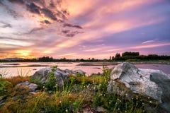Schöne Sonnenunterganglandschaft mit Berg und Felsen Stockbild