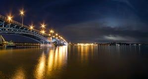 Schöne Sonnenuntergangnacht über Rhein-/Rhein-Fluss und alter Brücke I Stockbild