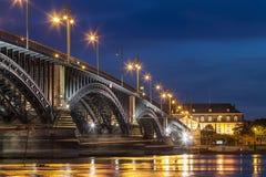 Schöne Sonnenuntergangnacht über Rhein-/Rhein-Fluss und alter Brücke I Lizenzfreie Stockfotos