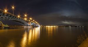 Schöne Sonnenuntergangnacht über Rhein-/Rhein-Fluss und alter Brücke I Stockbilder