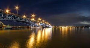Schöne Sonnenuntergangnacht über Rhein-/Rhein-Fluss und alter Brücke I Stockfoto