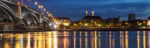 Schöne Sonnenuntergangnacht über Rhein-/Rhein-Fluss und alter Brücke I Lizenzfreie Stockfotografie