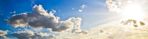Schöne Sonnestrahlen im Himmel stockbilder