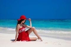 Schöne sorglose Frau im Hut genießend auf exotischem Meer, Brunette Lizenzfreie Stockbilder