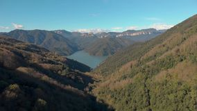 Schöne spanische Landschaft, nahe dem kleinen Dorf Rupit Brummengesamtlänge stock video footage