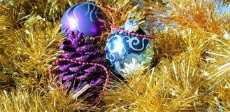 Schöne Spielwaren des neuen Jahres s und Weihnachtsdekorationen Hintergrund gemacht von den Weihnachtsbällen und -lametta lizenzfreie stockbilder