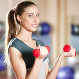 Schöne Sportfrau, die Übung mit Dumbbell tut Stockbild
