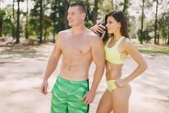 Schöne sportliche Paare lizenzfreies stockbild