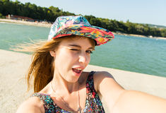 Schöne städtische Frau, die selfie macht Lizenzfreies Stockfoto