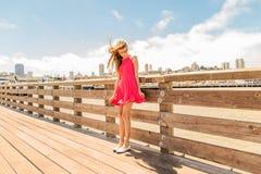 Schöne städtische Frau, Mädchen auf Pier stockfotos