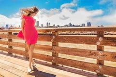 Schöne städtische Frau, Mädchen auf Pier stockbilder