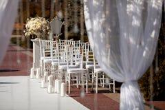 Schöne Stühle an der Hochzeitszeremonie Stockbild
