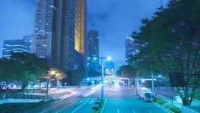 Schöne stabile Lichtneonbeleuchtung der Zeitspanne blaue Nachtauf Architektur-Landstraßenstraße des beschäftigten Verkehrs modern stock video