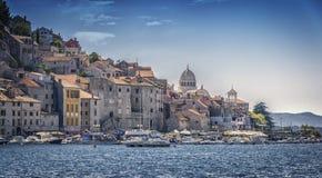 Schöne Stadt auf adriatischer Küste Lizenzfreies Stockfoto