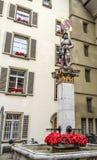 Schöne Stadt-Straßen-Ansicht der bunten mittelalterlichen Banneretstatue auf durchdachten Brunnen in Bern, die Schweiz Stockbild