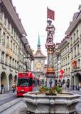 Schöne Stadt-Straßen-Ansicht der bunten mittelalterlichen Meisterschützestatue auf durchdachten Brunnen in Bern, die Schweiz Stockfoto