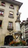 Schöne Stadt-Straßen-Ansicht der bunten mittelalterlichen Moses-Statue auf durchdachten Brunnen in Bern, die Schweiz Lizenzfreie Stockbilder