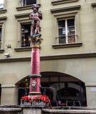 Schöne Stadt-Straßen-Ansicht der bunten mittelalterlichen Riflemanstatue auf durchdachten Brunnen in Bern, die Schweiz Lizenzfreie Stockfotografie