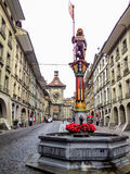 Schöne Stadt-Straßen-Ansicht der bunten mittelalterlichen Zahringen-Statue auf durchdachten Brunnen in Bern, die Schweiz Lizenzfreie Stockfotografie